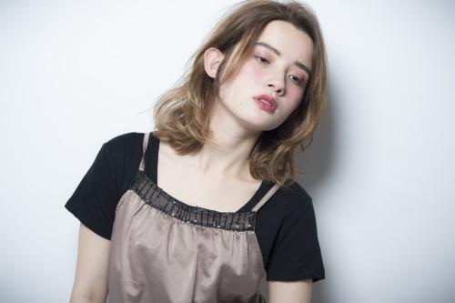 口コミで人気の自由が丘の美容室(ヘアアロン,美容院)keep hair designが提案するイエローベージュヘアカラーミディアムヘアスタイル