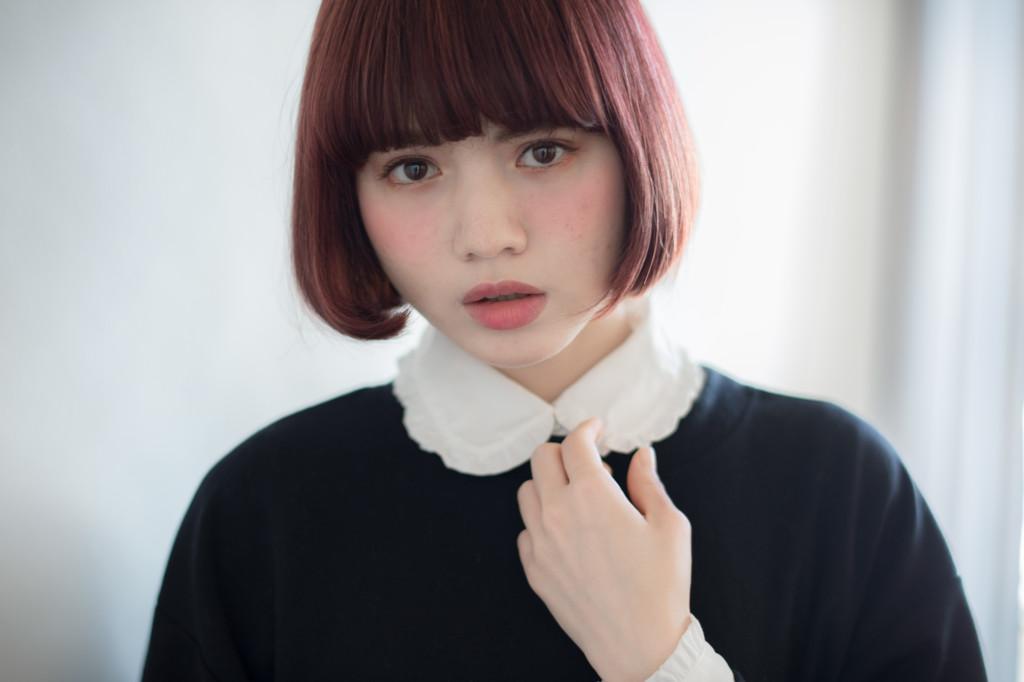口コミで人気の自由が丘の美容室(ヘアアロン,美容院)keep hair designが提案する前髪ぱっつん赤髪ワンレングスボブスタイル