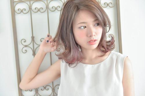 口コミで人気の自由が丘の美容室(ヘアアロン,美容院)keep hair designが提案するインナーカラーレッド系外ハネミディアムヘアスタイル
